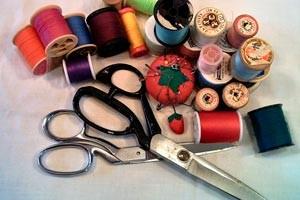 03365-elegir-cuidar-herramientas-corte-costura-tijeras-cortahilos-descosedor-etc