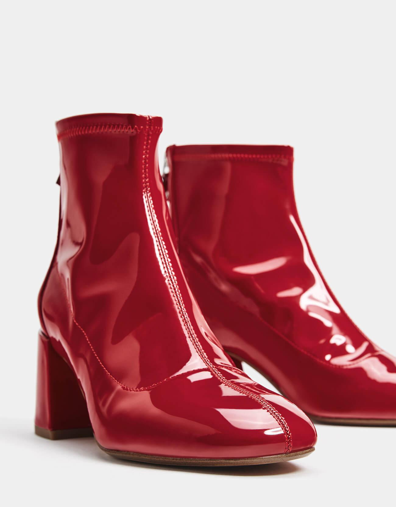 botín de charol rojo