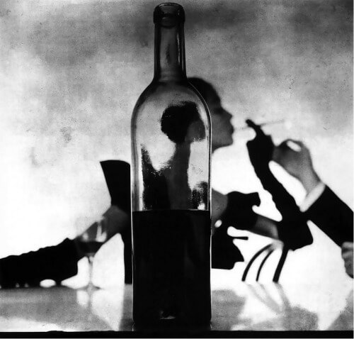 Girl behind a bottle de Irving Penn