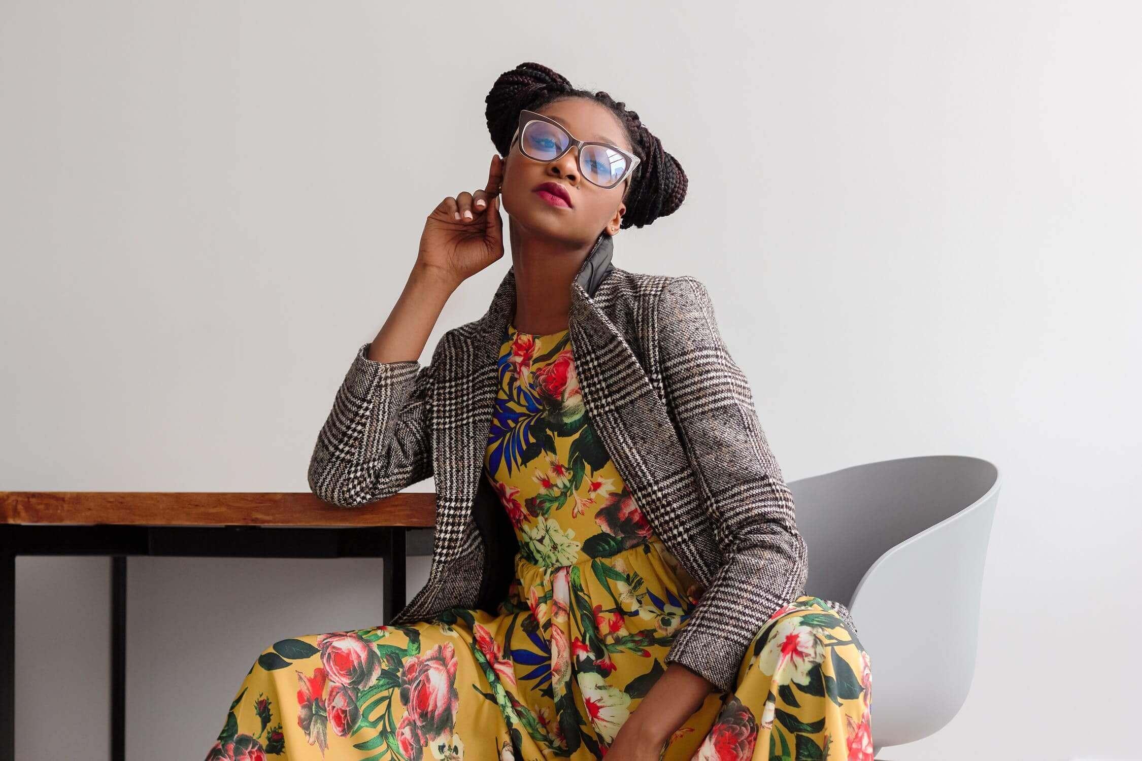 look-combo-vestido-estampado-floral-con-blazer-a-cuadros